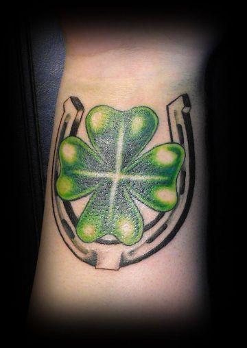 tatuajes de caballos con herraduras de buena suerte