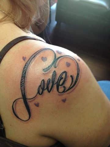 tatuajes de corazon en el hombro con palabras