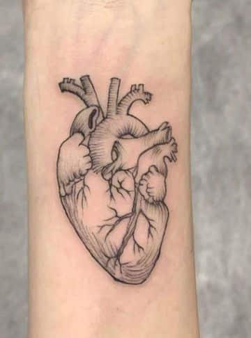 tatuajes de corazon humano delineado