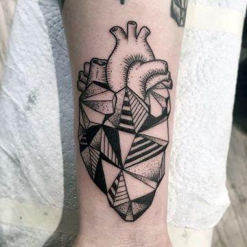 tatuajes de corazon humano geometrico