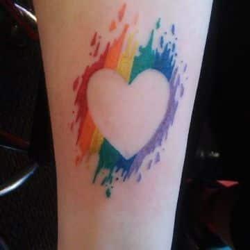 tatuajes de corazones de colores contorno acuarela