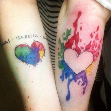 tatuajes de corazones de colores para parejas