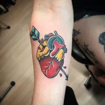 tatuajes de corazones de colores tradicional con realismo