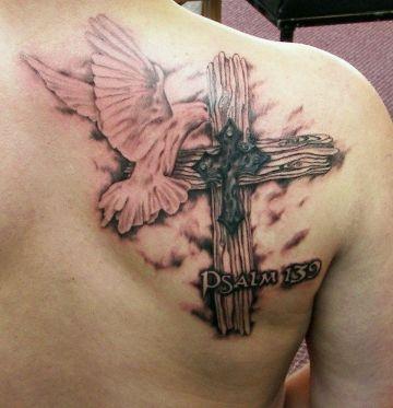 tatuajes de palomas en la espalda con carga religiosa