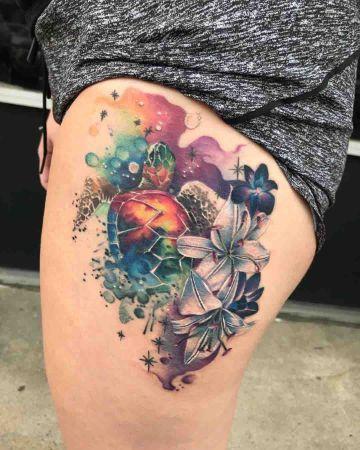 tatuajes de tortugas con flores explosivos y coloridos
