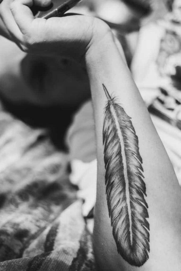 significado de tatuajes de plumas antebrazo