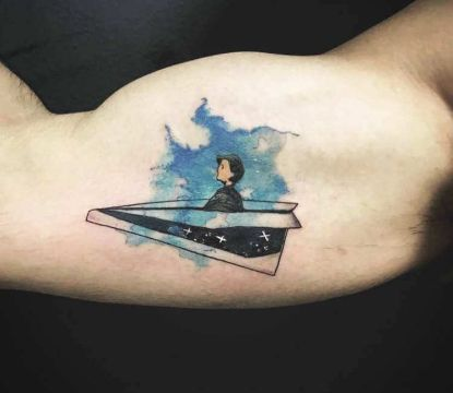 tatuaje de avion de papel a color