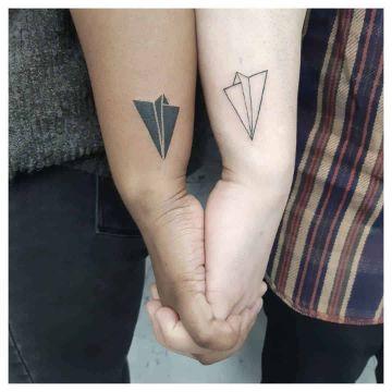 tatuaje de avion de papel para parejas
