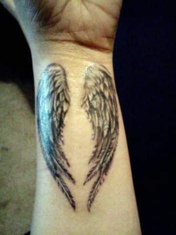 tatuajes de alas en la muñeca detalles