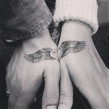 tatuajes de alas en la muñeca para parejas