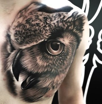 tatuajes de buhos en el pecho realista