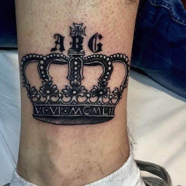 tatuajes de coronas con iniciales excelente tipografia