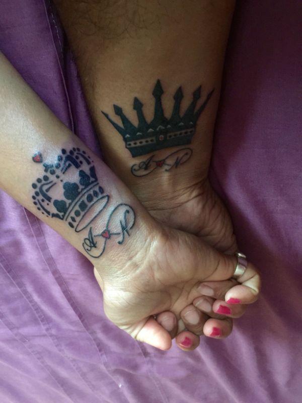 tatuajes de coronas con iniciales para parejas