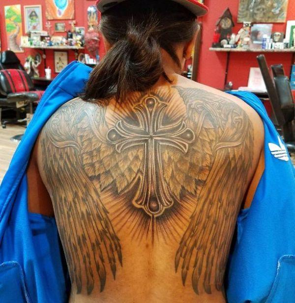tatuajes de cruz con alas de gran tamaño