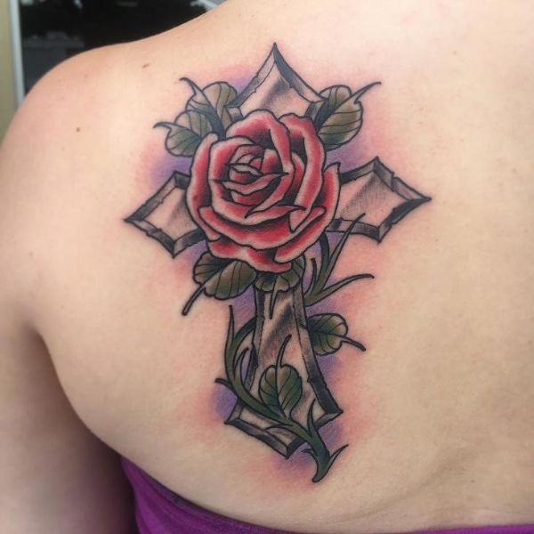 tatuajes de cruz con rosas a color