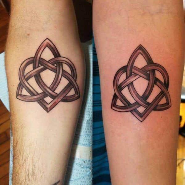 tatuajes de padre e hijo varon triqueta