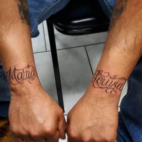 tatuajes de pulseras con nombres en muñecas