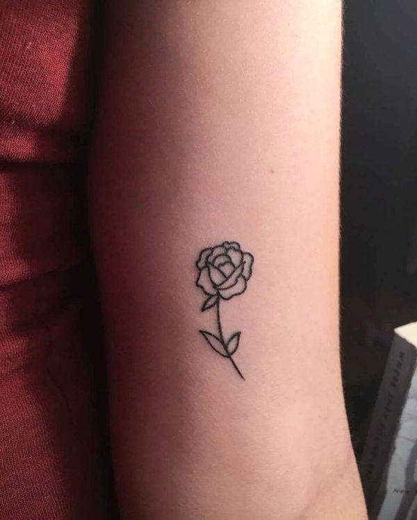 tatuajes de rosas en el brazo minimalista
