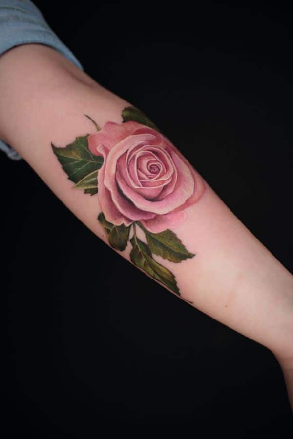 tatuajes de rosas en el brazo sin delineado