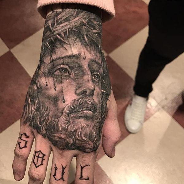 tatuajes de dios en la mano retrato
