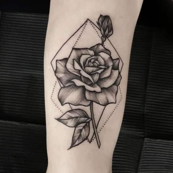tatuajes de rosas para mujeres base geometrica