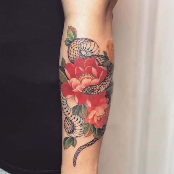 significado de tatuaje de serpiente con flores