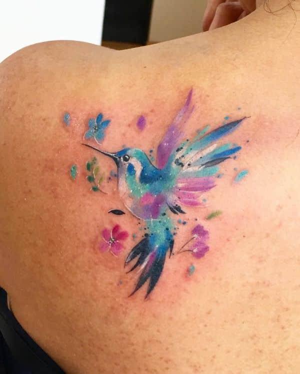 tatuajes de colibrí en el hombro con efecto acuarela