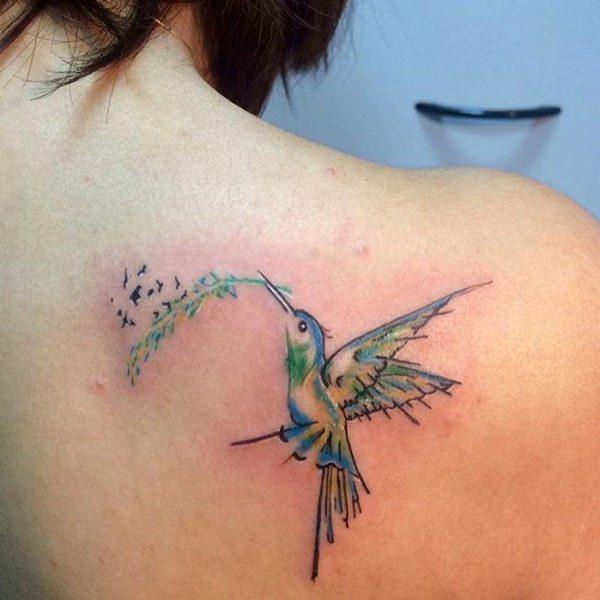 tatuajes de colibrí en el hombro lineas marcadas