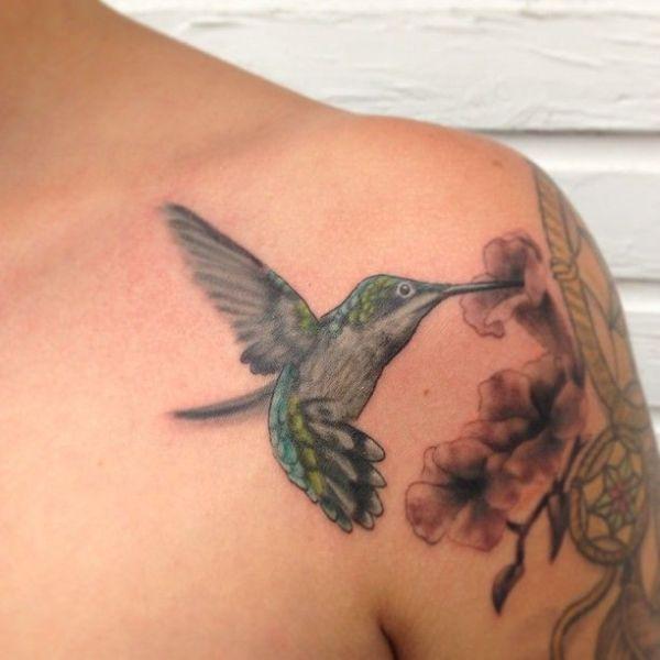 tatuajes de colibrí en el hombro zona frontal