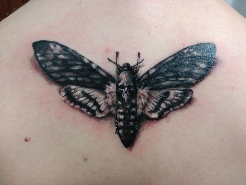 tatuajes de mariposas para hombres con esqueleto