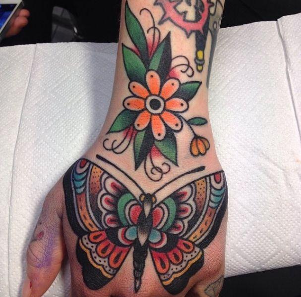 tatuajes de mariposas para hombres tradicional en mano