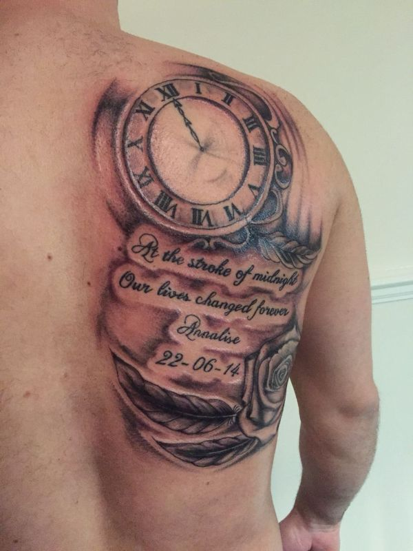 tatuajes de reloj en el hombro con frases