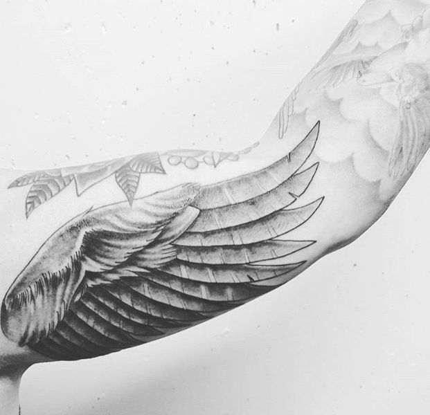 tatuajes en el biceps para hombres alas