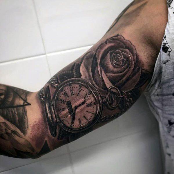 tatuajes en el biceps para hombres sobre el tiempo