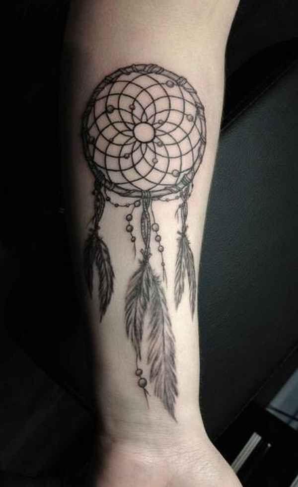 tatuajes de atrapasueños en el brazo con grandes plumas