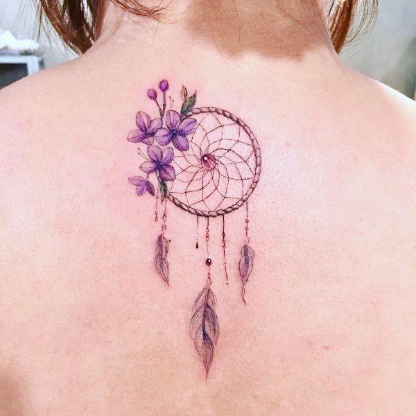 tatuajes de atrapasueños en el brazo delineados tenues