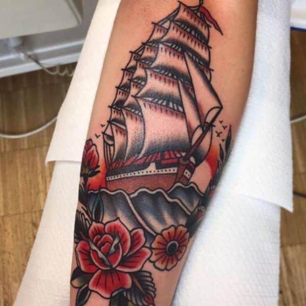 tatuajes de barcos en el brazo tradicional