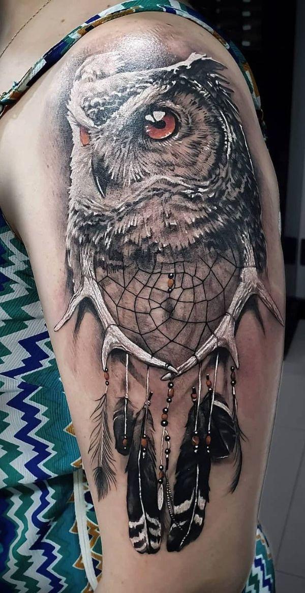 tatuajes de buhos con atrapasueños realistas