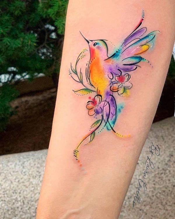 tatuajes de colibrí en el brazo colorido