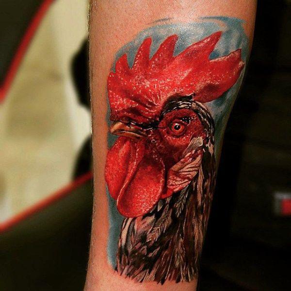 tatuajes de gallos en el brazo realistas y coloridos