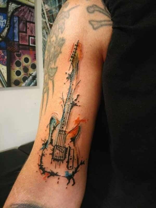 tatuajes de guitarras en el brazo abstracto y acuarela