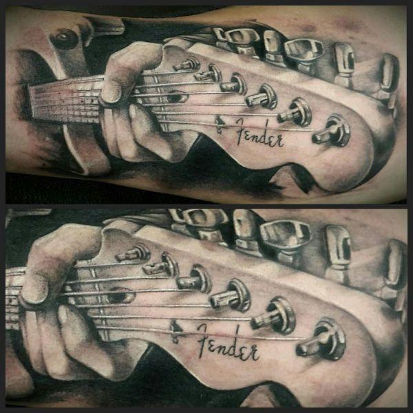 tatuajes de guitarras en el brazo clavijero