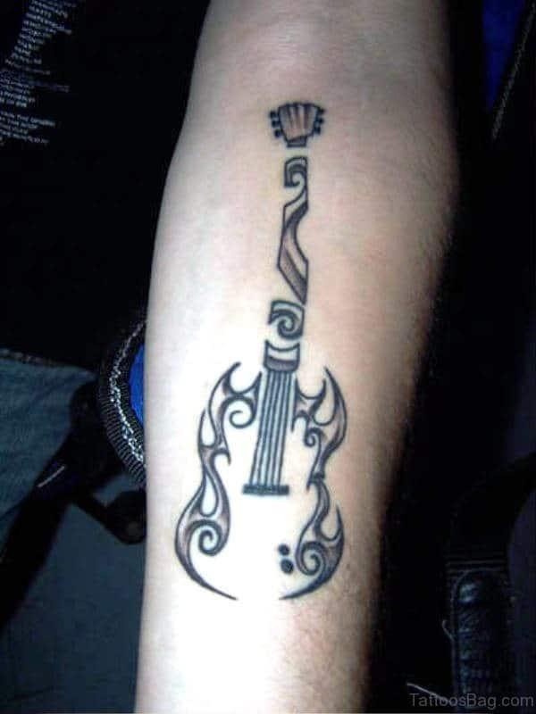 tatuajes de guitarras en el brazo tribal