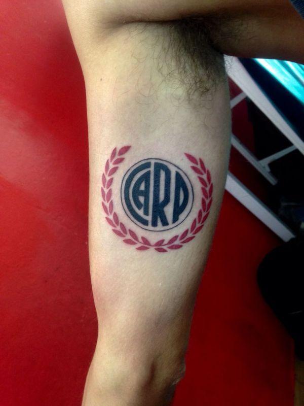 tatuajes de river en el brazo con corona de olivo
