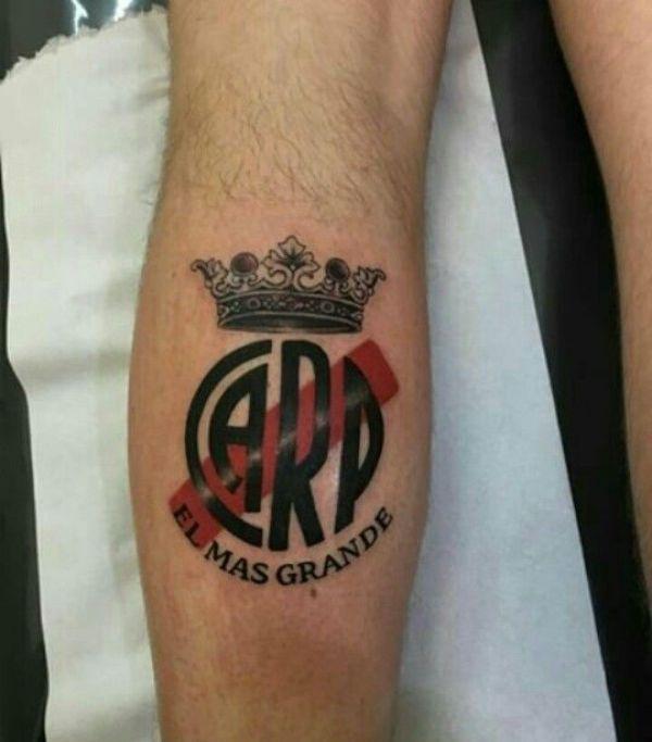 tatuajes de river en el brazo corona y frase