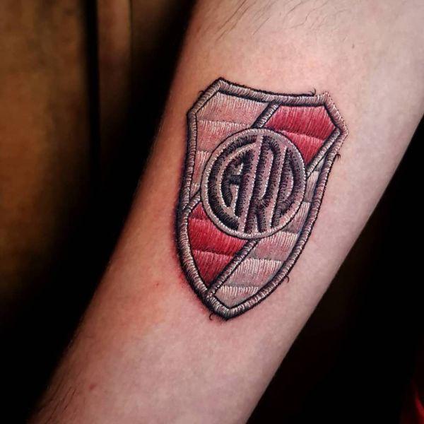 tatuajes de river en el brazo textura de parche