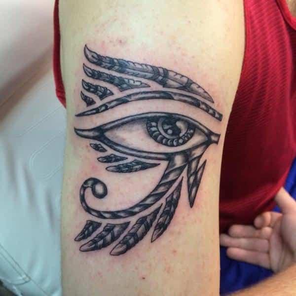 tatuajes egipcios en el brazo horus