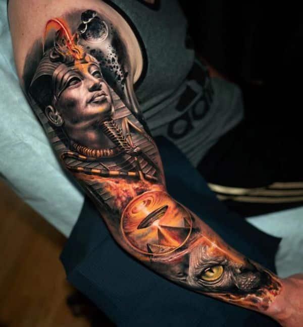 tatuajes egipcios en el brazo manga en alto detalle