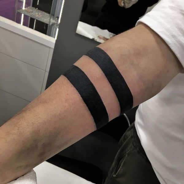 tatuaje de dybala en el brazo lineas rectas