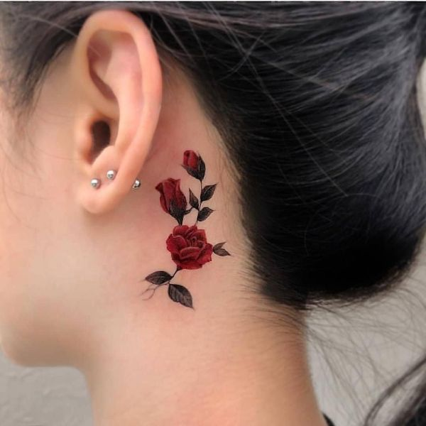 tatuaje rosa detras de la oreja sutil y colorida
